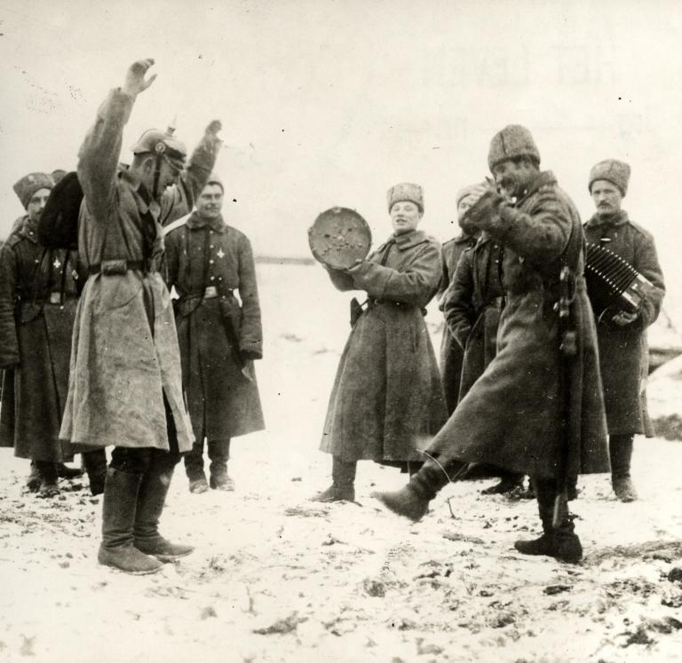 Errusiako frontean soinua eta panderoa jo eta dantzan