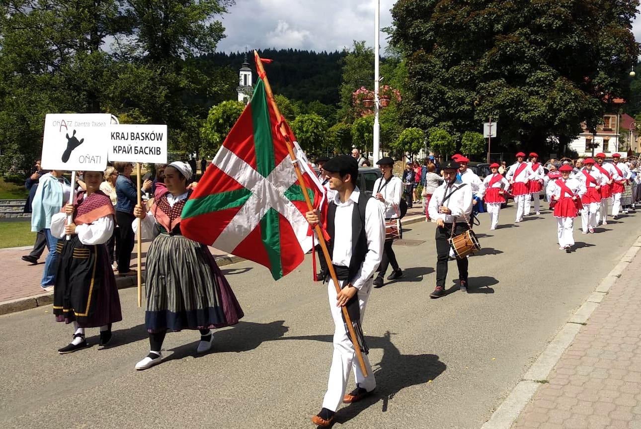 Euskal dantzak munduan zehar zabaldu dira uda honetan ere