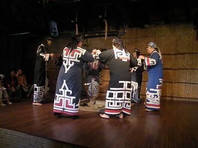 1111 danzas circulares femeninas de los ainu.jpg