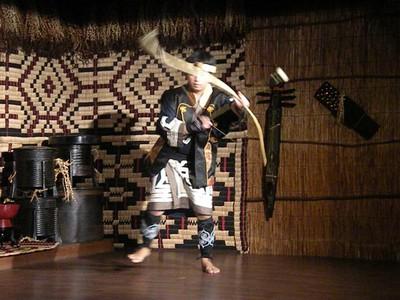 1243 danza del arco ainu.jpg