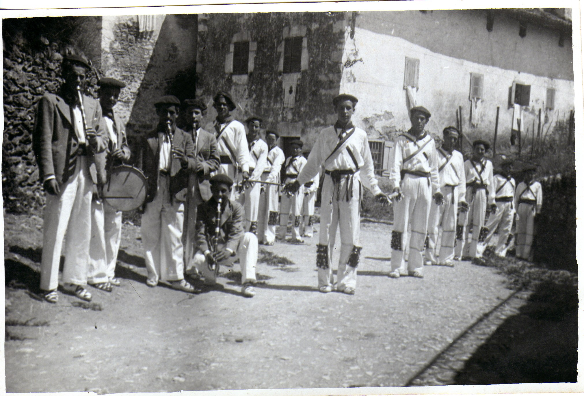 Igantziko dantzariak eta musikariak Besta Berri egunez (1940 baino lehenagoakoa).