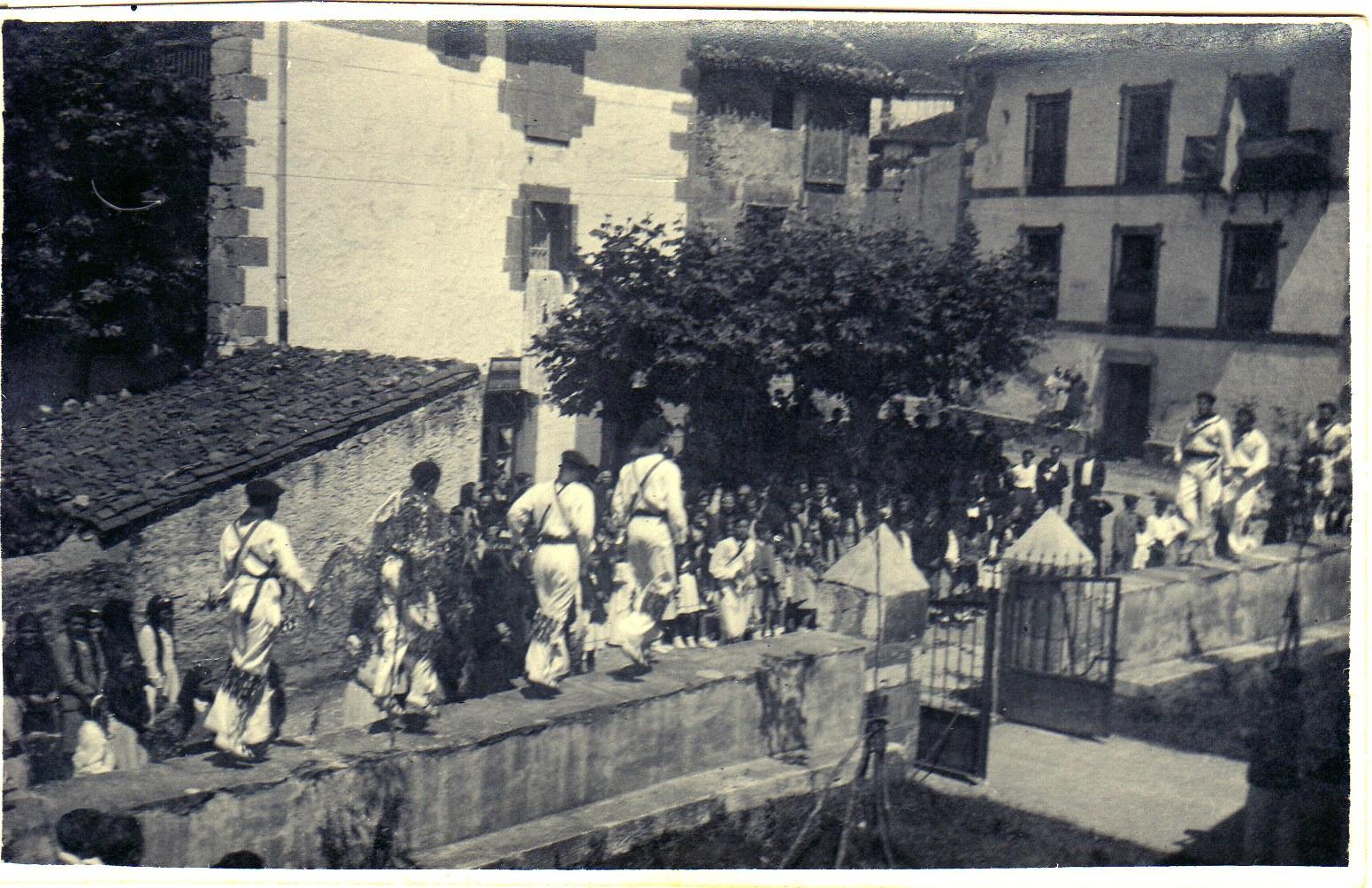 Igantziko ezpata-dantzariak, XX. mendearen lehen zatian. Amadeo Arretxeak utzitako argazkia.