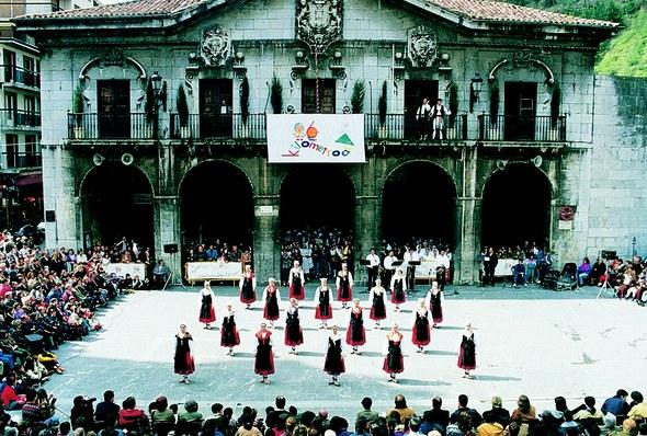 Elgoibarko dantzariak Gure Dantzak ikuskizunean 1996