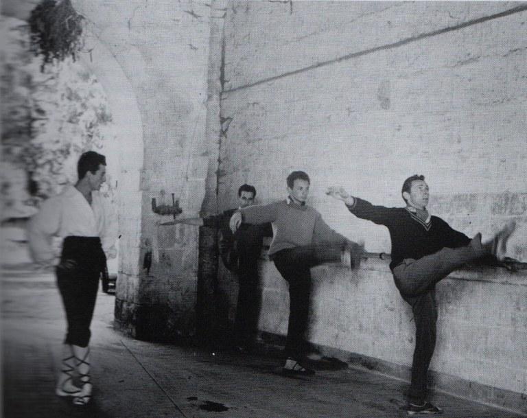 Etorki taldearen dantza errepetizioa Launey-ko gazteluan (Loira eskualdea). Filipe Oihanburu gidari. Barran, J.-L. Aranguren, Daniel Darrouzes eta Fito Ziordia