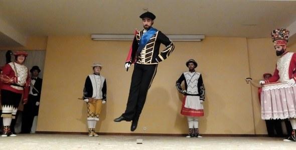 Kezka dantza taldearen emanaldia Portalean