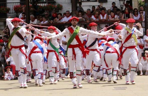 Lesakako ezpata-dantzariak plazan.