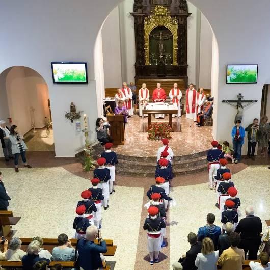 Loinazko ezpata-dantzariek San Martingo eliza barruan
