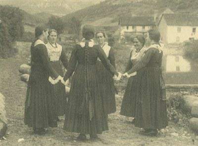 Otsagabia 1900 inguruan emakumeak korroan