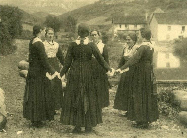Otsagabia: emakumeak borobilean 1900 inguruan