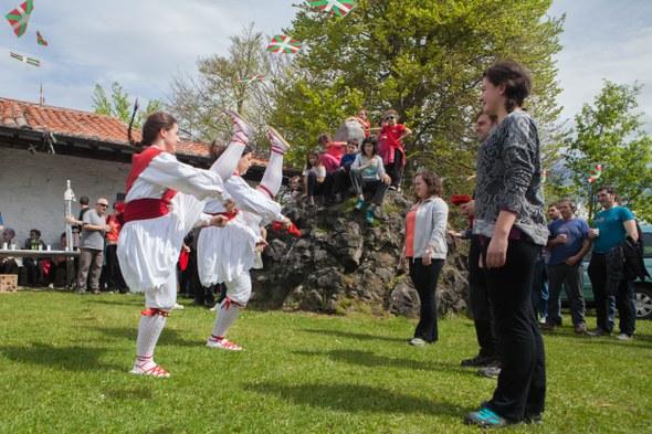 Soka-dantza Santa Kurutzeko ermitan 2015 - Aita San Migel