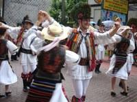 Euskal dantza talde bat Transilvaniako dantza jaialdi baterako