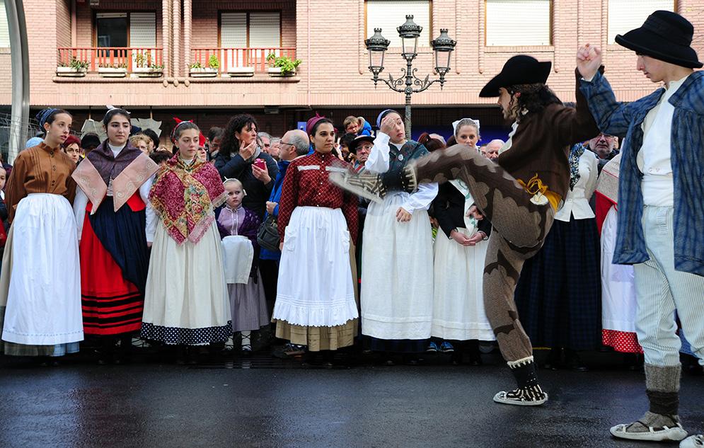 Mendi Alde dantza taldearen omenezko eskultura inauguratu da Kabiezes-en