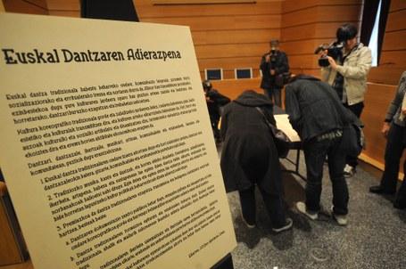Euskal dantzaren adierazpena: sinadura bilketa