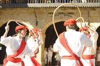 Emakume eta gizonezkoek elkarrekin dantzatu dute Mairuaren Alardeko trokeo-dantzetan