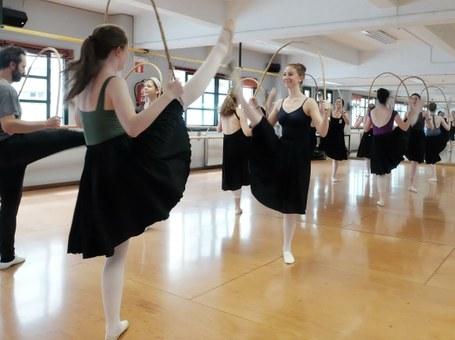 Utah-ko ballet ikasleak euskal dantzak ikasten