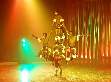 Il Circo Italiano: Gaurko saltinbankiak, moixigangak eta giza-dorreak